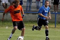 Fotbalisté Podivína (v modrém). Ilustrační foto.