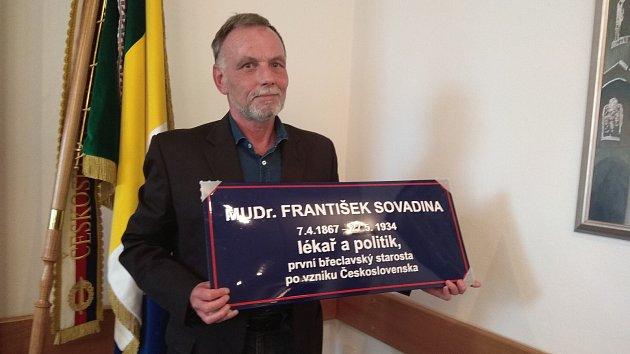 Břeclavská radnice připomene lidem výrazné osobnosti města. Na tabulkách vedle názvu ulice, po kom dostala název.