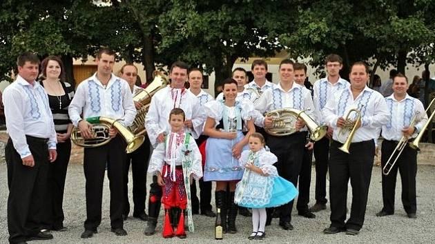 Dechovou hudbu Pivoňka z Hlohovce tvoří třináct členů. Převažují mezi nimi Hlohovčané a Charvatčané. Vedle lidových písní z Podluží se v jejich repertoáru najdou i taneční hity.