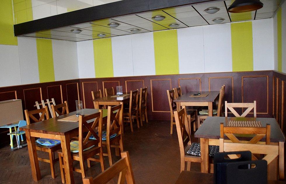 V pravé části kulturního domu se nachází restaurace Food Bar Restaurant