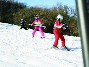 O víkendu lyžovali v Němčičkách na sněhu, v týdnu se oteplilo. Provozovatelé areálu ale chtějí znovu zasněžovat.