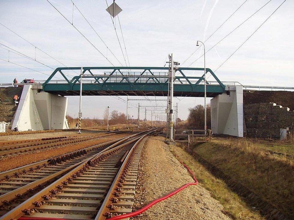 Most přes železnici v Zaječí.