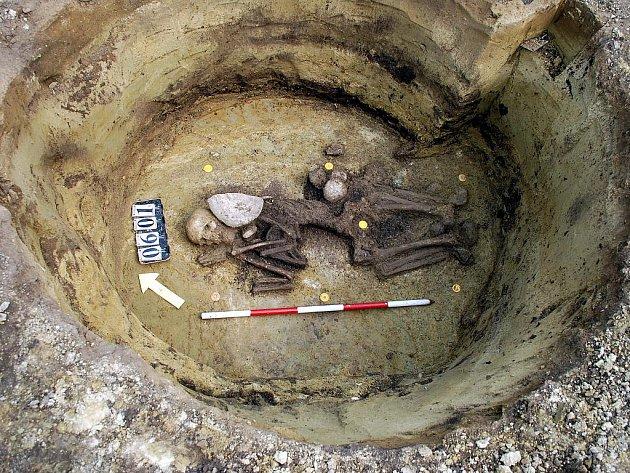 Příklad pohřbu v sídlištní jámě ze starší doby bronzové v Pasohlávkách.
