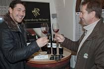 Že i mladí vinaři umějí dělat dobré víno, potvrdil již třetí ročník Šohajského koštu mladých vín v Hustopečích. Patnáct mladých vinařů z města a blízkého okolí vystavovalo v sobotu v mázhausu na Fialce na osmdesát vzorků mladých vín.