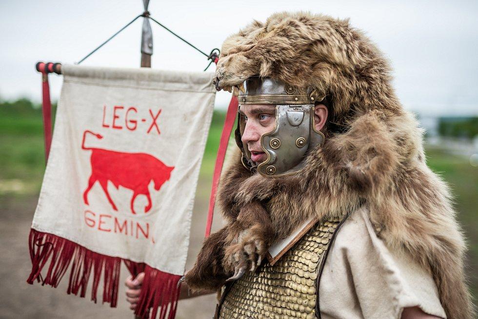 U poklepání základního kamene byl i římský voják se standartou legie