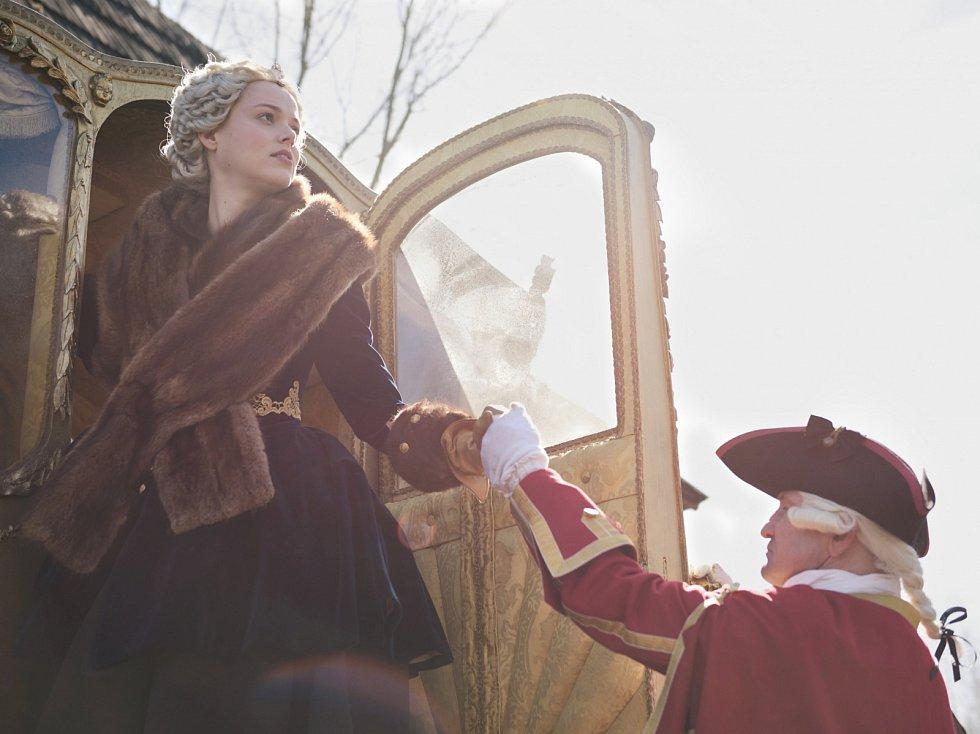 Filmaři budou natáčet na valtickém zámku dvoudílný historický film o Marii Terezii. Od dvaadvacátého května do desátého června. Předtím točili třeba v Kroměříži.