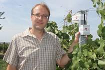 Přístroj Chytrá vinice měří ve vinohradu teplotu, srážky i vlkhost. Získaná data využívá i Milan Bauman z Velkých Bílovic na Břeclavsku.