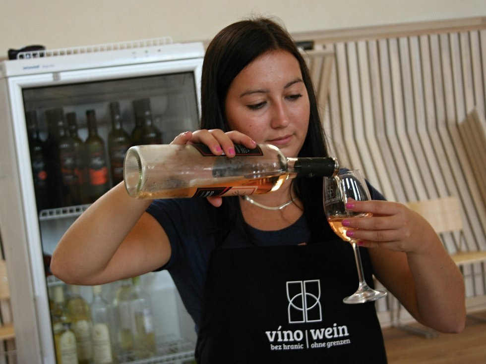 Festival Víno bez hranic se koná v areálu valtického zámku.