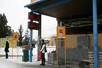 Nevzhledná budova na autobusovém nádraží v Hustopečích, která patří společnosti Bors, se brzy dočká nového využití. Vznikne v ní prodejna pečiva. Stavební práce příjezdy a odjezdy autobusů nijak nebrzdí.
