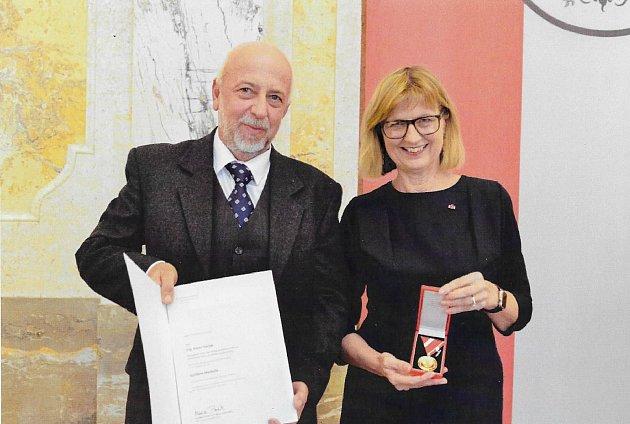 Karel Hanák převzal Zlatou medaili za zásluhy Rakouské spolkové republiky ve Vídni zrukou spolkové ministryně zemědělství Marie Patek.