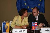 Jihomoravský hejtman Michal Hašek s členkou zemské vlády Johannou Mikl–Leitnerovou.