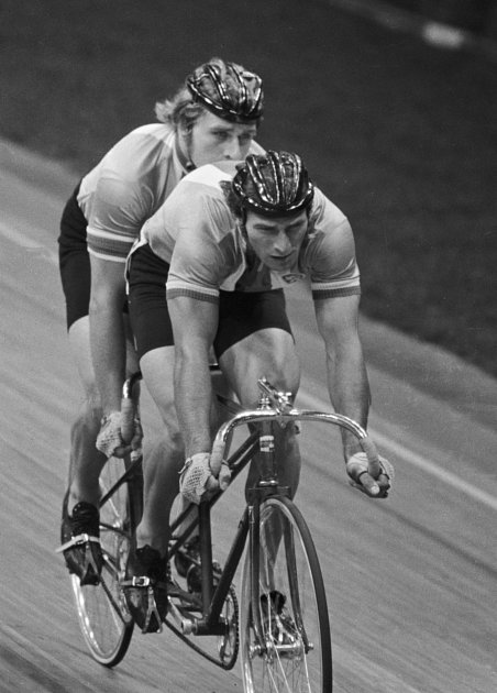 Českoslovenští cyklisté Ivan Kučírek a Vladimír Popelka zvítězili vzávodě tandemů ve čtvrtfinále nad reprezentanty Jamajky.