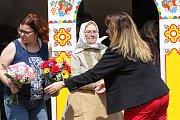 Národopisná slavnost zaplnila v sobotu odpoledne Lanžhot. Vpravo Marie Švirgová.