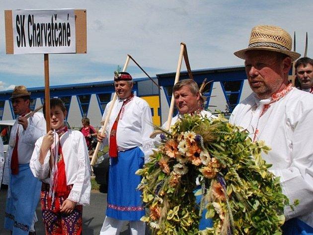Slovácký krúžek Charvatčané nejen zpívá a tančí, ale předvádí i staré zvyky svých předků.