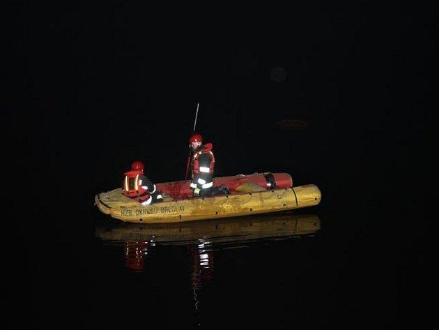 Břeclavští hasiči a policejní potápěč v noci na pátek zasahovali u rybníku Apollo u Lednice. Řidič Land Roveru tam vyletěl ze silnice přímo do ledové vody.