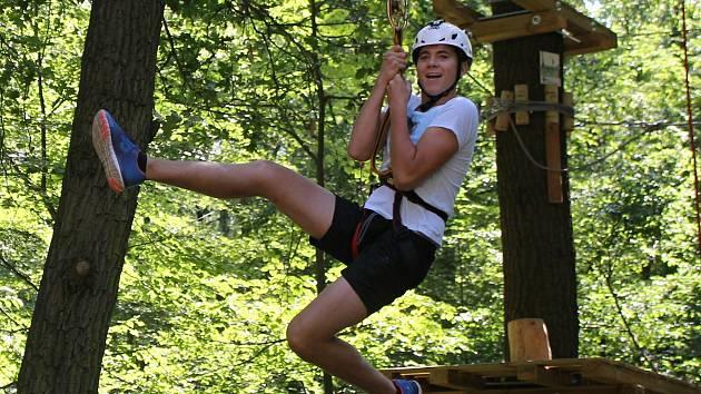 Dospělí i děti si mohou vyzkoušet v břeclavském Hájenka parku některou z lezeckých tras rozdělených podle náročnosti. Jejich součástí jsou kromě překážek i sjezdy.
