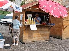 Mikulovská tržnice je od srpna přestěhovaná z Náměstí do ulice Alfonse Muchy.