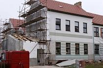 Opravovaná budova ZUŠ Velké Bílovice.
