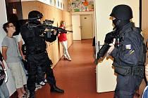 Ukázku zatčení ozbrojeného muže předvedli břeclavští policisté.