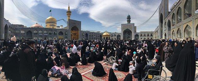 Jedno ze sedmi náměstí komplexu hrobky Imama Rezy vMašhadu.