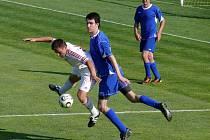 Lanžhotský Petr Darmovzal (v bílém) bojuje o míč s tvrdonickým stoperem Ivanem Menšíkem.
