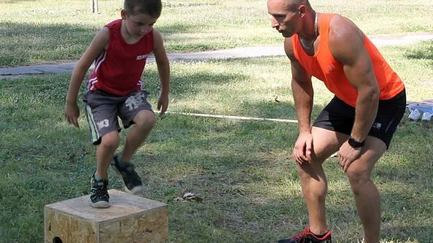 Trenér Peter Prušánský pracuje na kondičce jak s dospělými klienty, tak s dětmi.