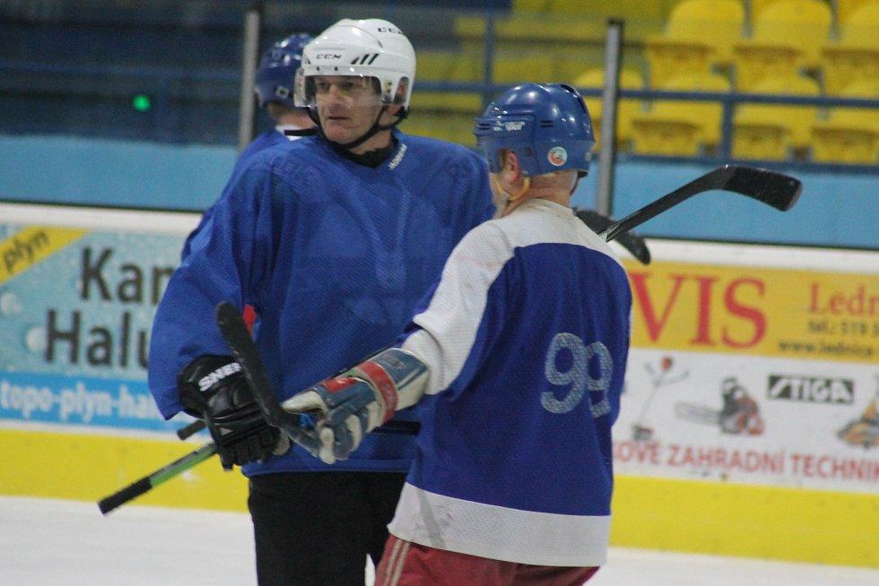 Po předání pololetního vysvědčení vyzvali maturanti z Gymnázia Břeclav na tamním zimním stadionu své profesory v hokeji. Oba týmy šly do utkání na sto procent.