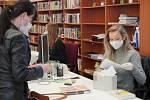 Břeclavská knihovna znovu otevřela jedenáctého května. Provoz je v prázdninovém režimu, nechybí povinná dezinfekce rukou, vrácené knihy putují do karantény.