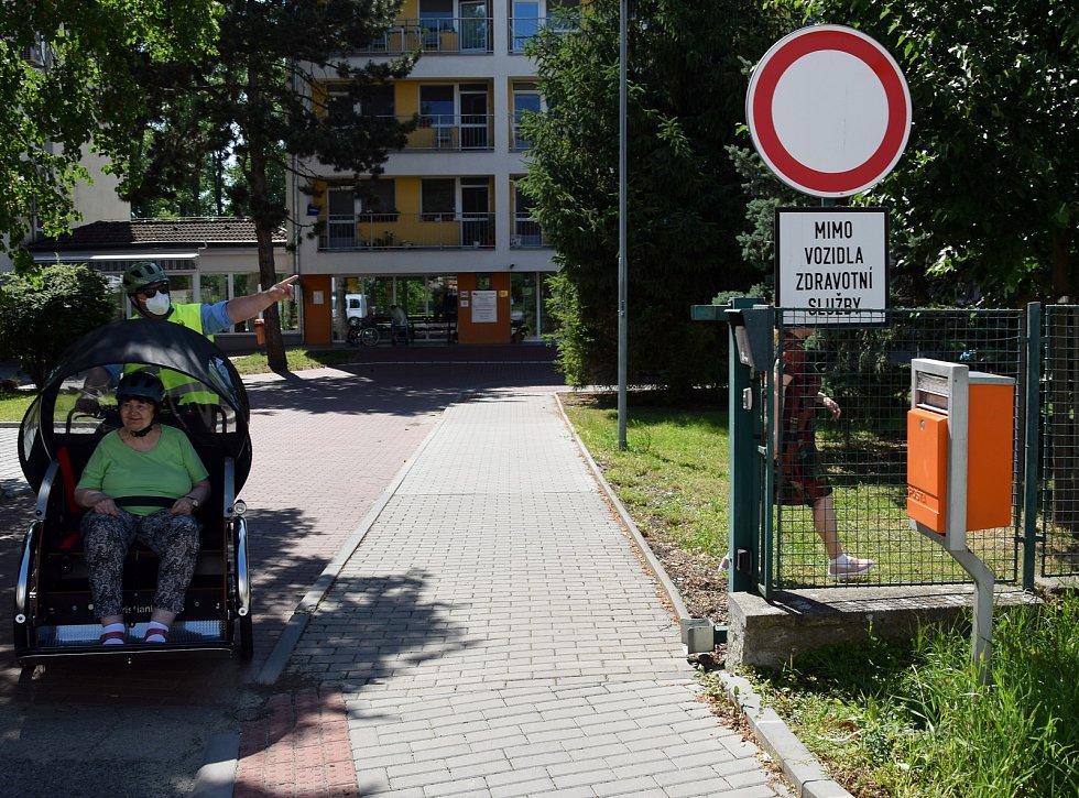 Seniory v Břeclavi povozí cyklorikša.