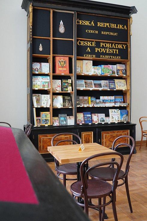 Turistická sezona 2020 se na zámku ve Valticích na Břeclavsku rozjíždí postupně. Letošní novinkou je zámecké knihkupectví, kde návštěvníci zakoupí i suvenýry.