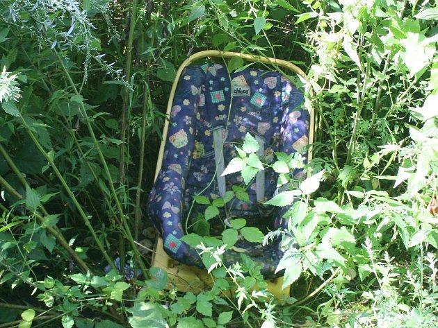 Kolem množství odpadků a nelegálně navozených věcí musí v břeclavském lese procházet děti, které tam míří na procházky se školami. Podél stezky lze narazit kromě větví také na pohozené ledničky, televize či autosedačky.