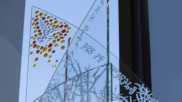 Objekt z ručně leptaného skla Transcendence z dílny břeclavského výtvarníka Pavla Doležala je umístěn v nové smuteční síni městského hřbitova v Břeclavi.
