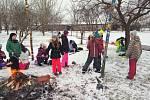 Hodinu vlastivědy si rakvičtí školáci užili před prázdninami venku.