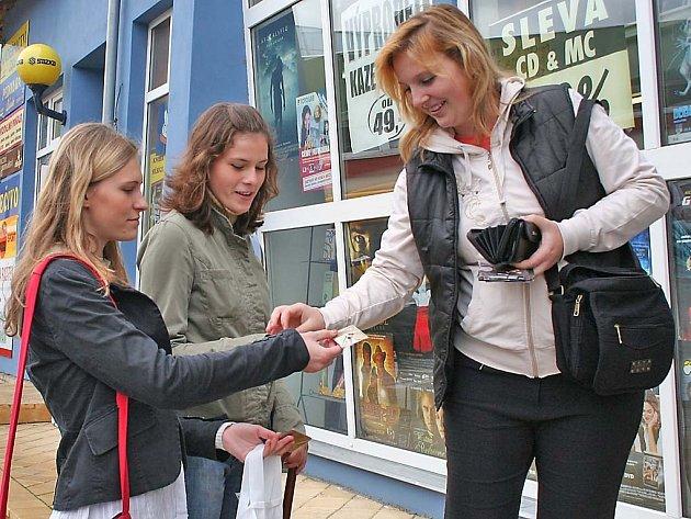 Studenti z gymnázia T. G. Masaryka prodávali včera chodcům v Hustopečích srdíčka