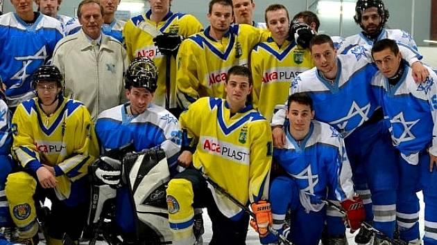 Břeclavští junioři (ve žlutém) se s izraelskou reprezentací nakonec i vyfotili.
