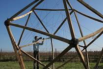 Vinice ve Tvrdonicích dostávají v těchto dnech nový rozměr. Nejenže v nich budou vinaři pracovat, ale lidé se při procházce mohou seznámit se sedmi naddimenzionálními skulpturami, které tvoří umělci z České republiky, Rakouska a Slovenska.