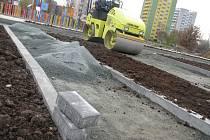 Dělníci stavební firmy upravovali lopatami, hráběmi a rýči půdu v ostrůvcích nově vznikajícího dopravního hřišti v Břeclavi. Děti na kolech budou mezi nimi kličkovat v příštím roce.
