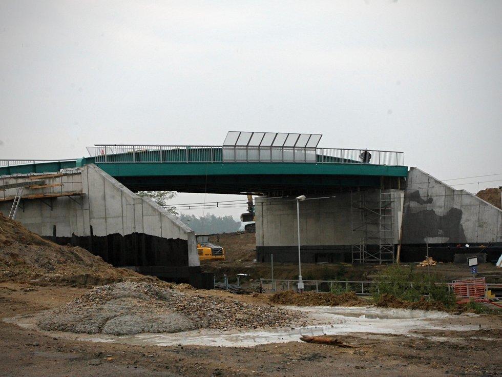 Silničáři pokračují na stavbě nového mostu u obce Ladná. Ten bude asi o metr vyšší než most původní. Z obou stran se kvůli tomu musí navýšit příjezdové rampy.