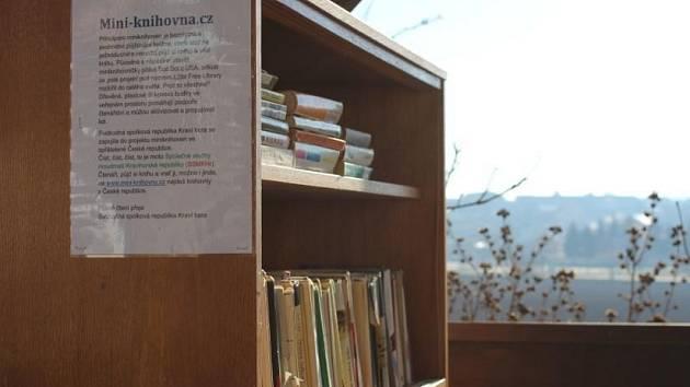 Miniknihovnu zřídili před sídlem své samozvané vlády bořetičtí vinaři ze Svobodné spolkové republiky Kraví hora.