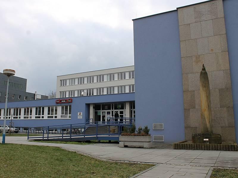 DŮM ŠKOLSTVÍ. Budova v centru Břeclavi v ulici 17. listopadu sloužila do roku 1989 jako sídlo okresního výboru KSČ. Poté se stala Domem školství. Archivní snímek.