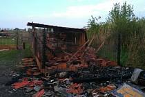 V noci na úterý zasahovali hasiči u požáru chaty a karavanu mezi Valticemi a Hlohovcem na Břeclavsku. Našli tam torzo těla mrtvého muže.