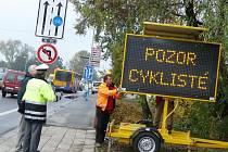 Nový poutač upozorňuje řidiče na nebezpečí srážky s cyklistou při odbočování k supermarketu Billa.
