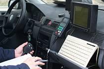 Policisté měřili u železničních přejezdů rychlost aut. S radarem číhali zejména v úseku mezi Břeclaví a Valticemi.