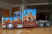 Na výstavu papírových modelů staveb a vozidel Jana a Vojtěcha Defeldových zve hustopečská knihovna.