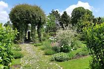 Vodní prvek vnáší do zahrady zvuk tekoucí vody a pomáhá návštěvníkovi se oprostit od starostí a naladit duševní rovnováhu. Snímek z května 2020. Foto: archiv Tematických zahrad