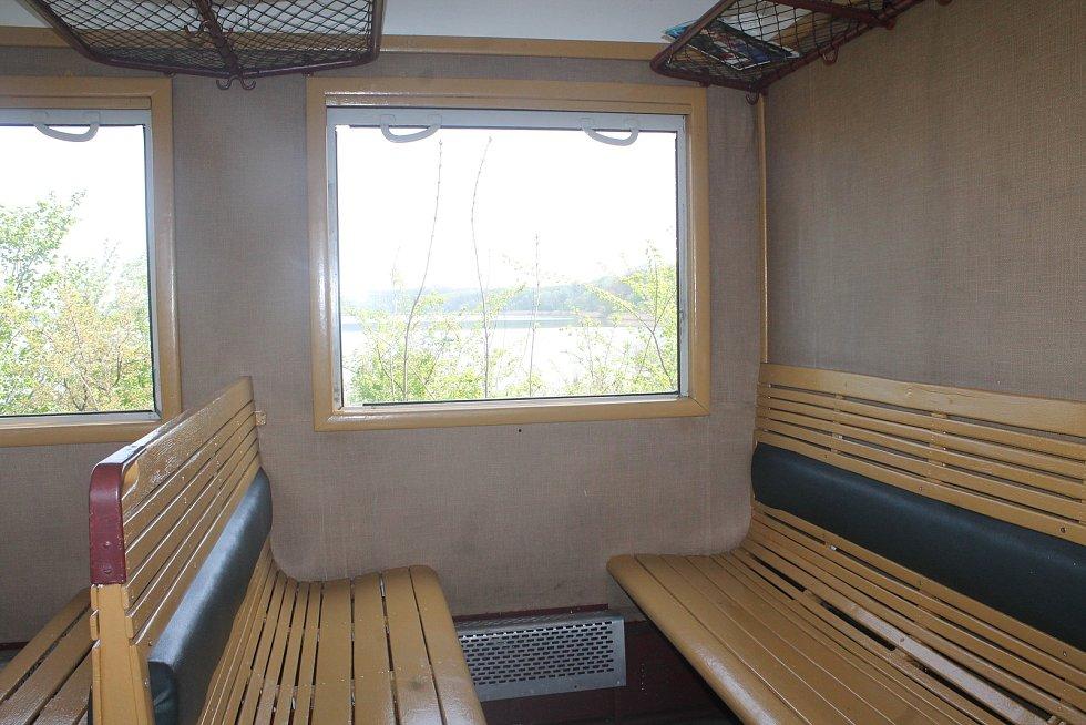 Sezení není tak pohodlné jako v moderním vlaku, lidem to ale nevadí.