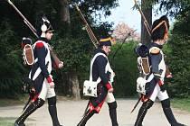 Park valtického zámku obsadilo o víkendu přes dvě stě nadšenců v dobových vojenských uniformách z období napoleonských válek. Secvičovali se tu na novou sezonu. V parku vyrostl už v pátek stanový tábor.
