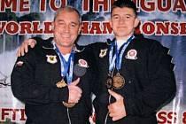 Michal (vlevo) a Vlastimil Šafařík pózují se zlatými medailemi.
