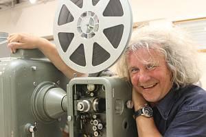 Známý kameraman a režisér F. A. Brabec přijel do Břeclavi, aby se zúčastnil letního kina. Program ale opakovaně narušil déšť. Před objektivem zapózoval na výstavě břeclavského muzea, které představuje historii promítacích strojů.