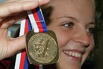 Veslařka Anežka Buzrlová získala zlatou medaili na osmách.